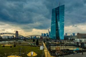 'ECB verlaagt verwachtingen inflatie en groei'