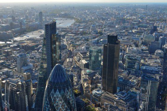 Kopers Brits vastgoed met billen bloot