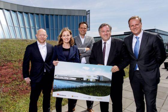 Wethouder Johan Gadella en de logistieke belegger op het Klooster 24-05-2017