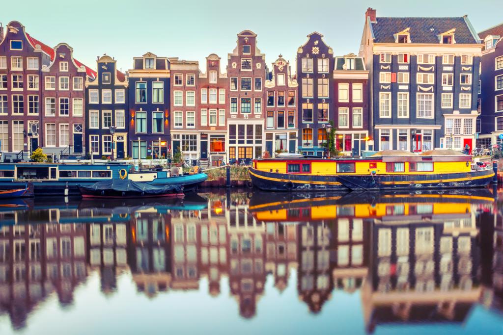 Grachtenpanden met woonarken in Amsterdam