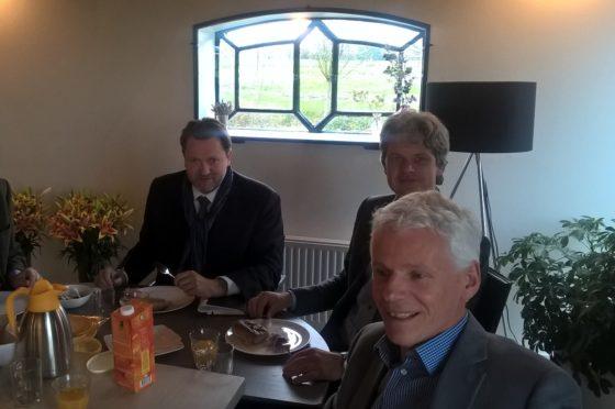 Bert Deen, Bert van Scherpenzeel en Kees Trimp aan de lunch in het Leontienhuis