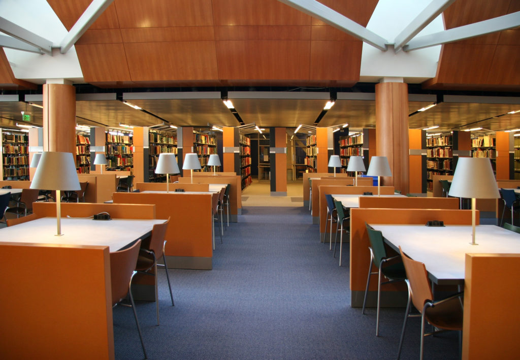 Kantoren moeten over stilteruimten als een bibliotheek beschikken
