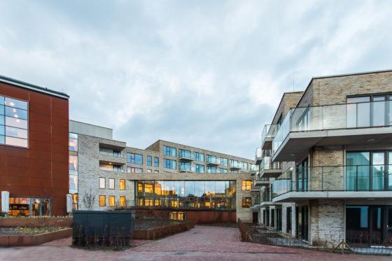 Woonzorgcentrum Scheldehof in Vlissingen. De aansluiting tussen nieuwbouw en de voormalige plaatwerkerij.