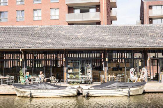 Koningshof, Gouda. Het getransformeerde Rijksmonument De Kleischuur werd omgebouwd tot een trendy restaurant 'op het water'.