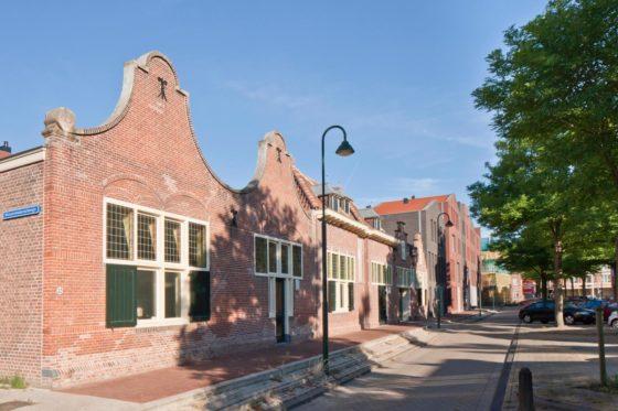 Koningshof, Gouda. De bedrijfshuisjes van de voormalige plateelfabriek zijn omgebouwd tot parkeergarage.