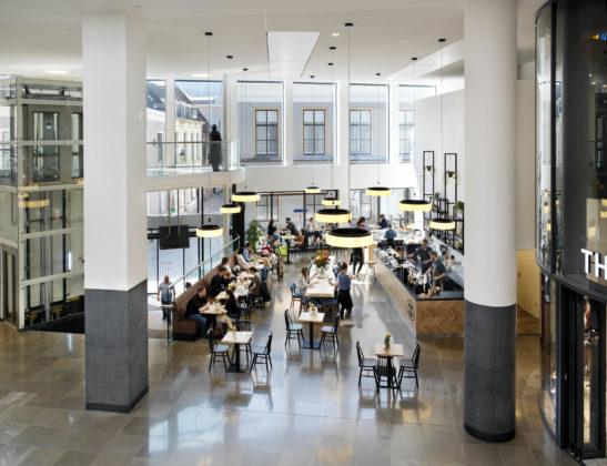 De Barones, Breda. In het winkelcentrum is een rustpunt met aantrekkelijke horeca gecreëerd.