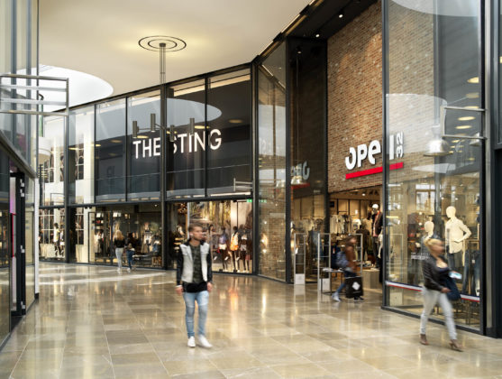 De Barones, Breda. Dubbelhoge glazen puien geven de winkels allure en extra exposure.