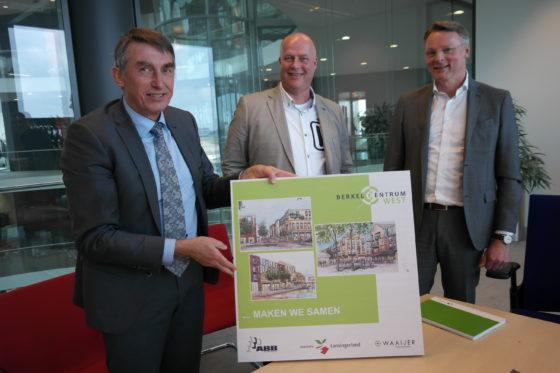 Wethouder Albert Abee van Lansingerland, Gert-Jan Brandwijk (ABB Bouwgroep) en Rob Waaijer (Waaijer Projectrealisatie)