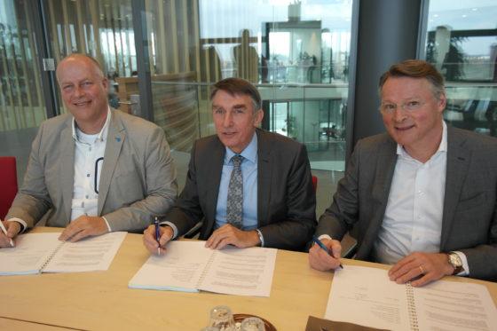 Gert-Jan Brandwijk (ABB Bouwgroep), wethouder Albert Abee van Lansingerland en Rob Waaijer (Waaijer Projectrealisatie)
