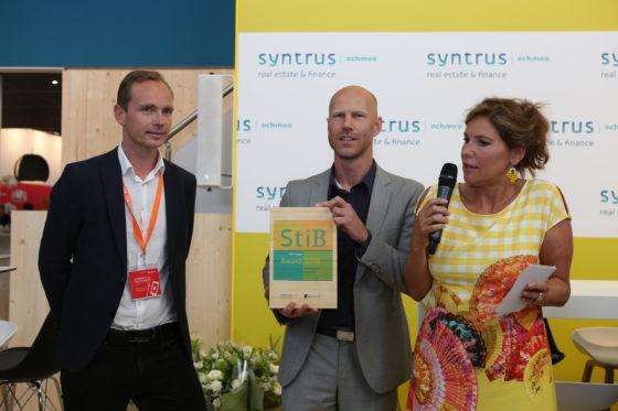Diederik Erkel van Hart van Zuid en Vincent van der Meulen van Kraaijvanger ontvangen de StiB Award 2018 uit handen van Claudia Zuiderwijk.