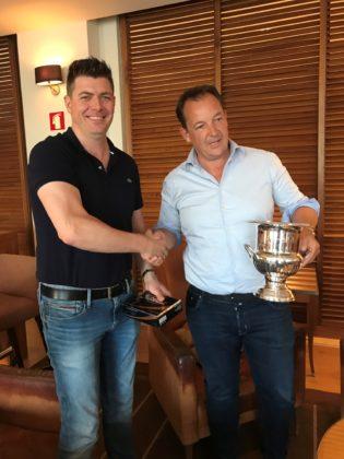 Toernooiwinnaar Ramon Hermans ontvangt de wisselbeker uit handen van Jan Vlastuin (links).