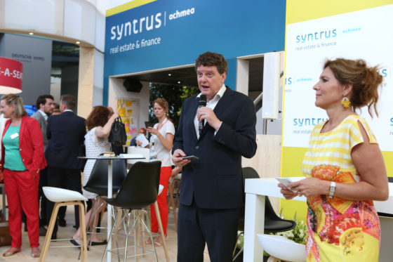 Vastgoedmarkt hoofdredacteur Johannes van Bentum introduceert juryvoorzitter Claudia Zuiderwijk