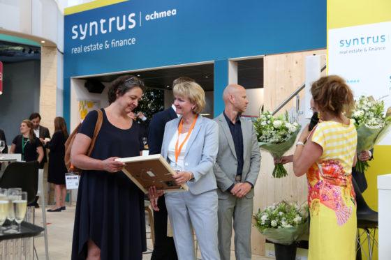Vertegenwoordigers van Scheldehof, links Angela Kallewaard