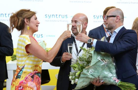 Claudia Zuiderwijk proost met Barones-inzenders Lesley Bamberger en Jaco Meuwissen