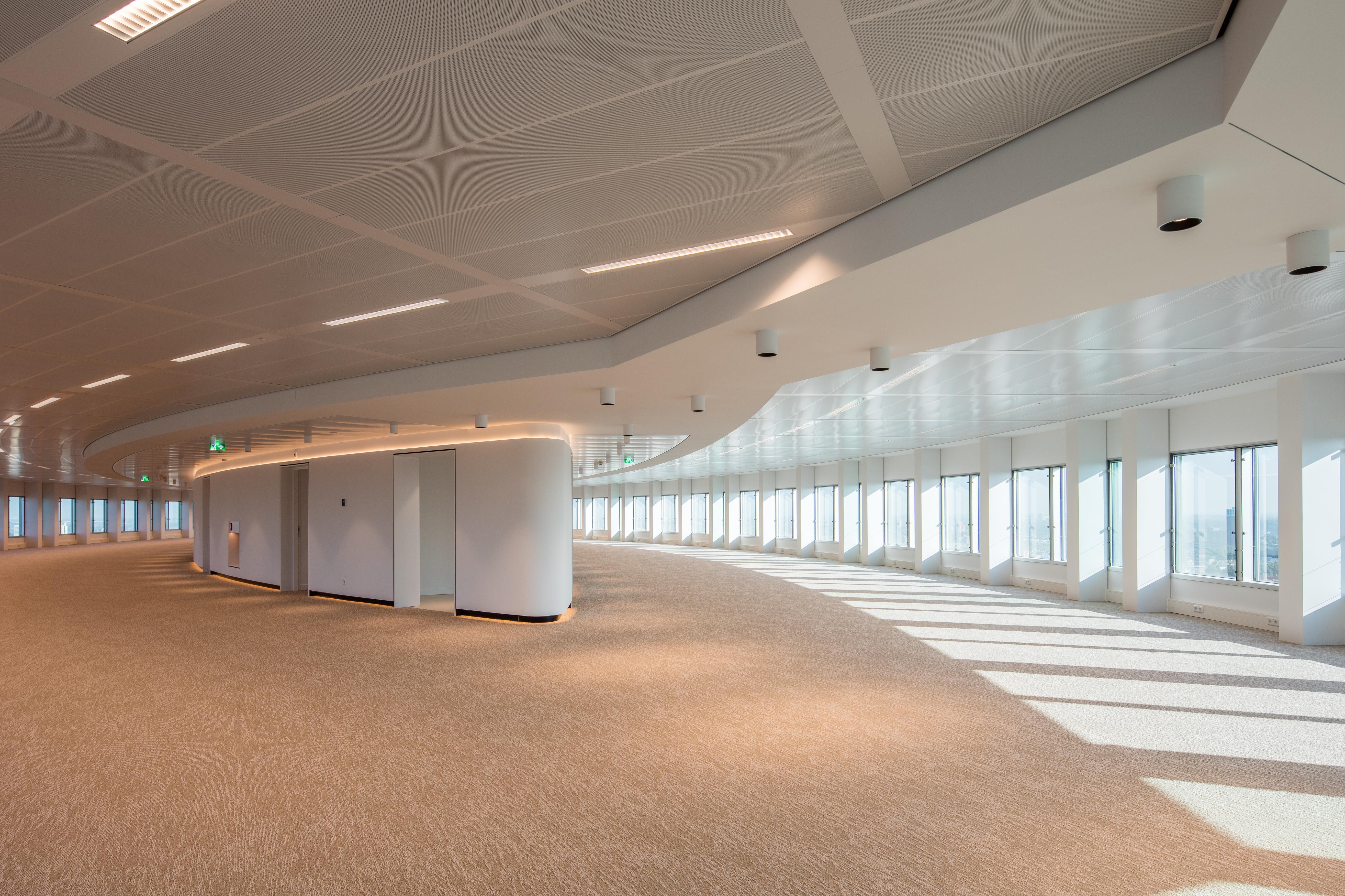 Gerenoveerde kantoorruimte in de hoogbouw van WTC Rotterdam met klimaatplafonds