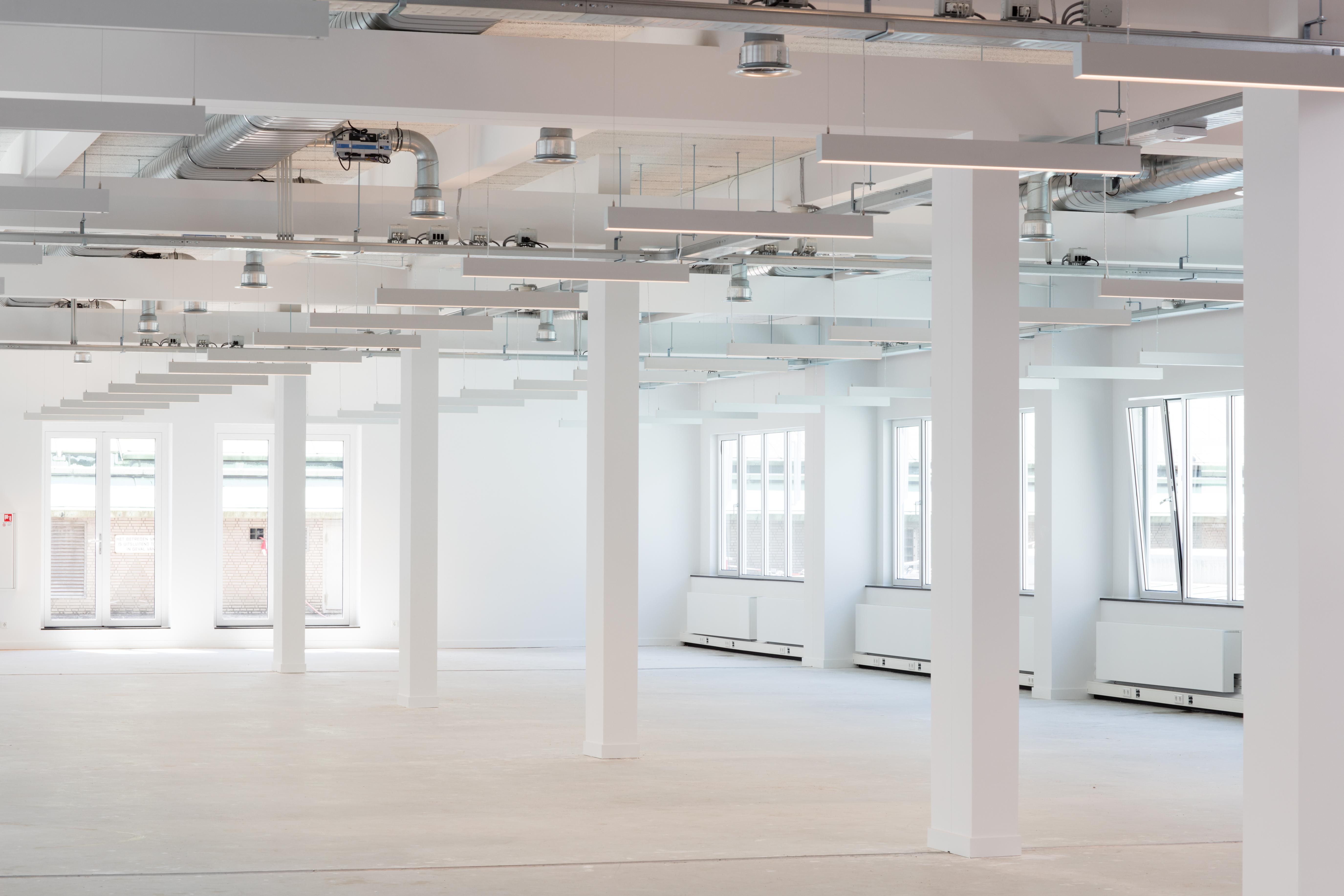 Gerenoveerde kantoorruimte in de laagbouw van WTC Rotterdam