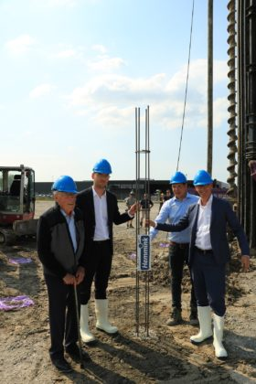 Eerste paal voor logistiek centrum Hemmink Groep op Marslanden, Zwolle