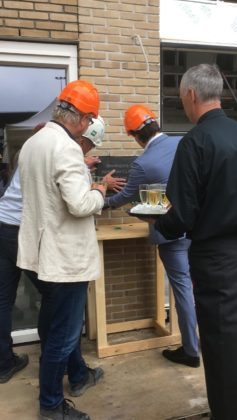 Haarlemse wethouder Floor Rudinger plaatst plaquette bij huurwoningen aan Pim Mulierlaan