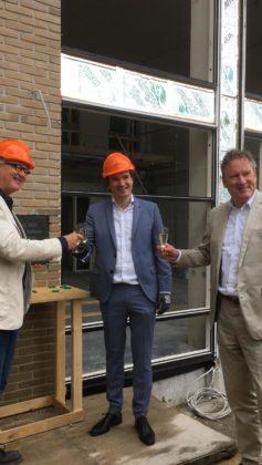 Wethouder Floor Rudinger van Haarlem na het plaatsen van een maquette aan de Pim Mulierlaan