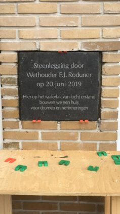 Plaquette bij huurwoningen aan Pim Mulierlaan in Haarlem