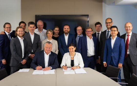 Directeur Menno van der Horst (MVGM) en cfo Maria Grigorova van JLL Emea ondertekenen de deal