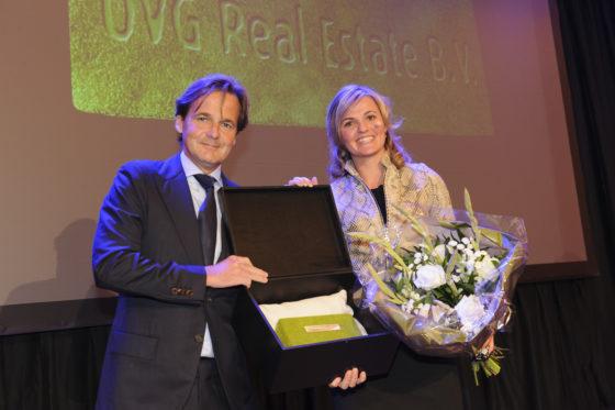 Jeppe de Boer ontvangt de Groene Baksteen 2014 uit handen van Claudia Heimensen