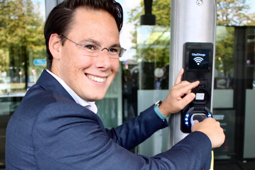 Smart City: gemeente Renkum introduceert slimme lantaarnpalen met laadpunt